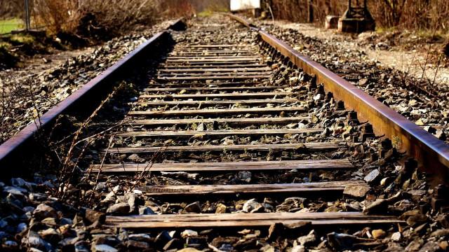 Mulher morre após ser atropelada por trem enquanto mexia no celular