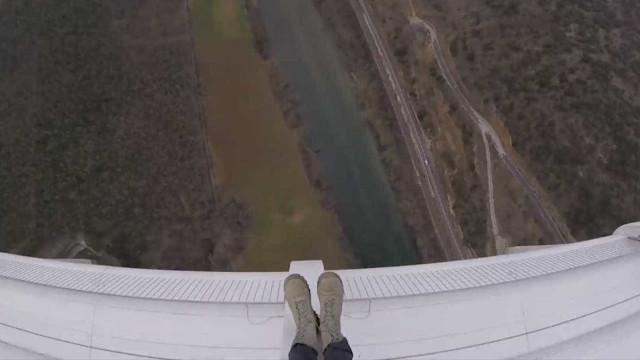 Paraquedistas profissionais escorregam de ponte antes de saltar; vídeo