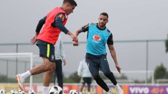 Dor no joelho tira Renato Augusto de treinos da seleção