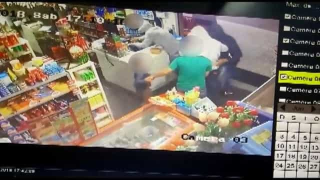 Vídeo flagra criança dando chutes e tapas em ladrões para defender pai