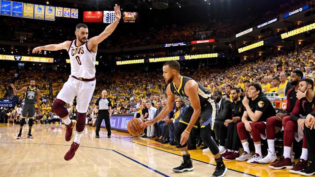 Curry desequilibra, e Golden State abre 2 a 0 sobre o Cleveland