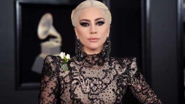 Lady Gaga se emociona ao falar sobre Bradley Cooper