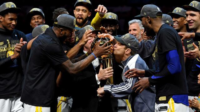 Golden State 'varre' Cleveland e ganha NBA pela 3ª vez em 4 anos