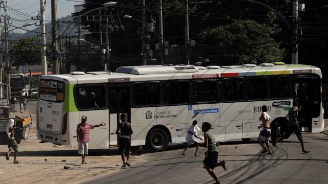 Motoristas e cobradores decidem suspender greve de ônibus por 24 horas
