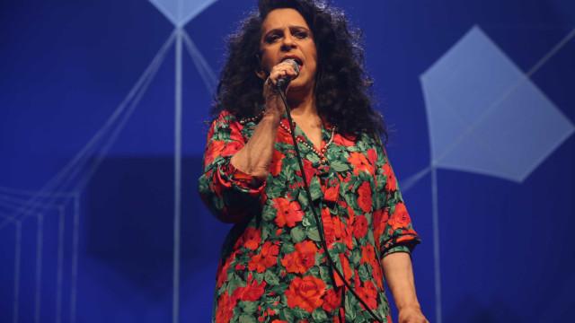 Gal Costa segura na voz e no carisma live com problemas técnicos e calorão