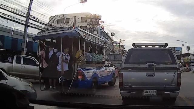 Estudante cai de ônibus em movimento, vídeo