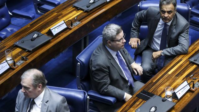 Aécio falta à convenção do PSDB e empurra anúncio de candidatura