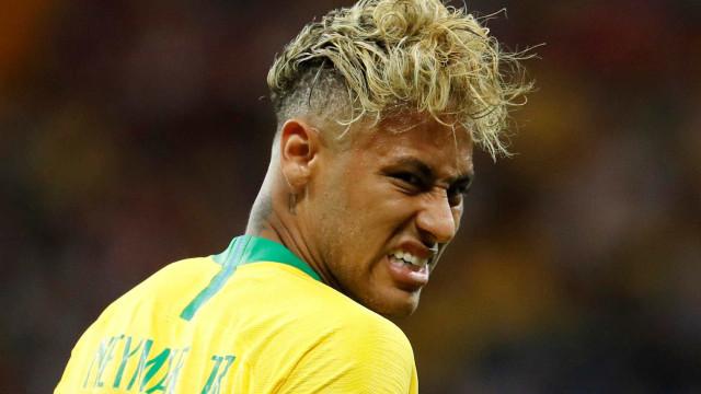 Neymar deixa estádio mancando, mas não preocupa