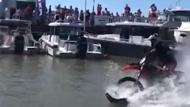 Homem cria suporte para moto andar na água sem afundar