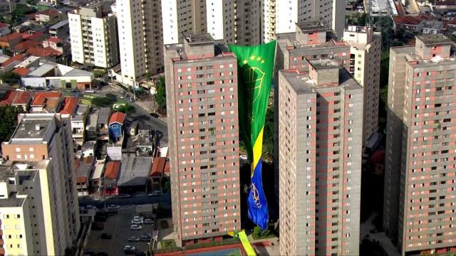Bandeira gigante é hasteada em prédio de SP para a Copa