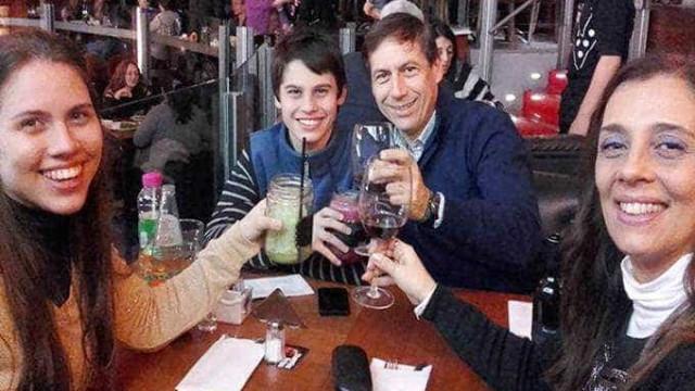 Esposa e filho de senador são encontrados mortos em casa