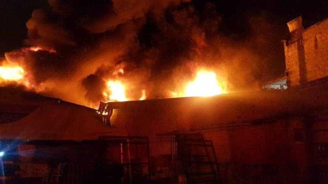Incêndio de grande proporção atinge galpão na zona leste de SP