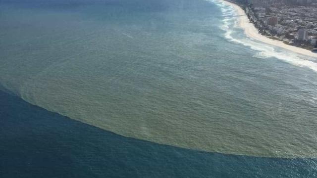 Foto aérea da Barra da Tijuca mostra mancha de esgoto no mar