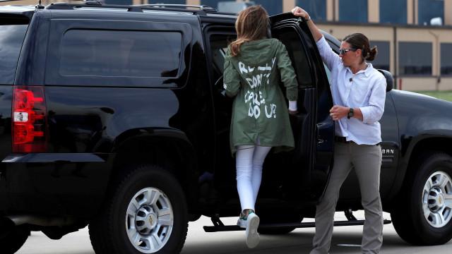 Melania usa casaco polêmico ao visitar crianças imigrantes na fronteira