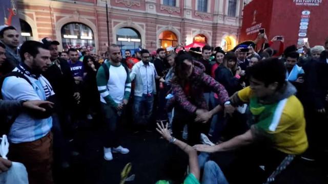 Torcedores do Brasil e da Argentina se envolvem em pancadaria; veja
