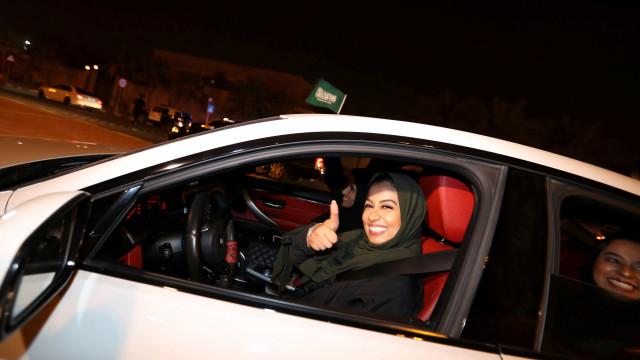 Com fim da proibição, mulheres começam a dirigir na Arábia Saudita