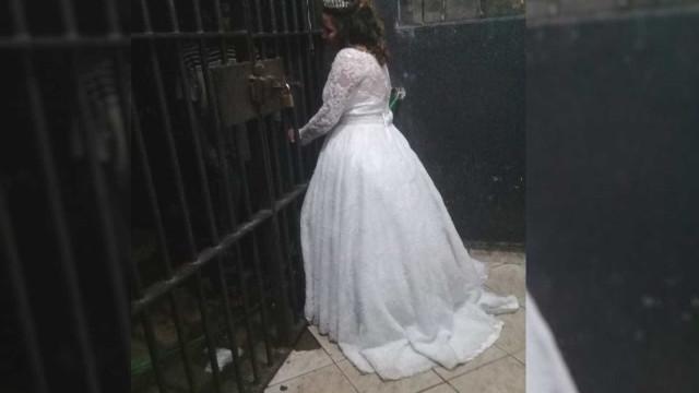 Noiva interrompe casamento para visitar o irmão na delegacia em GO