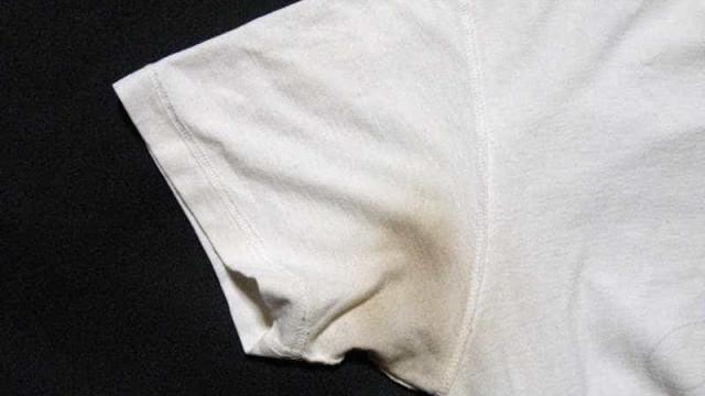 3 dicas para acabar de vez com as manchas de desodorante nas camisetas
