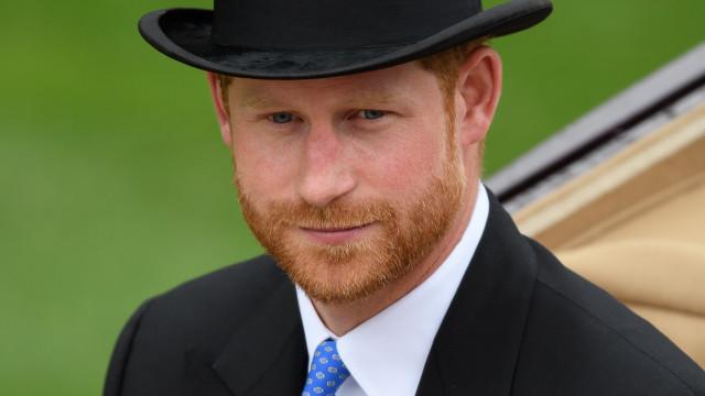 Príncipe Harry ganha título de Sua Alteza Real em exposição de vestido da mãe