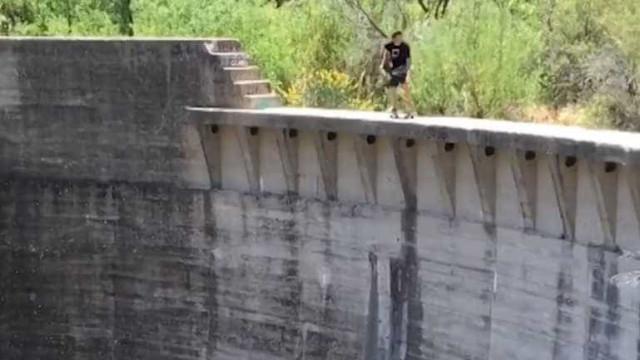 Vertigem! Jovem anda de skate em borda de barragem nos EUA