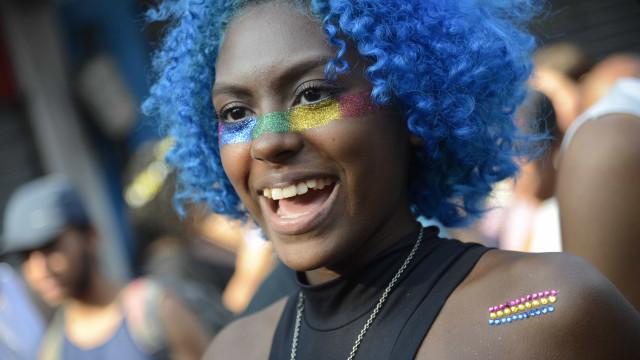 Parada do Orgulho LGBT reúne 1,2 milhão de pessoas em subúrbrio do Rio