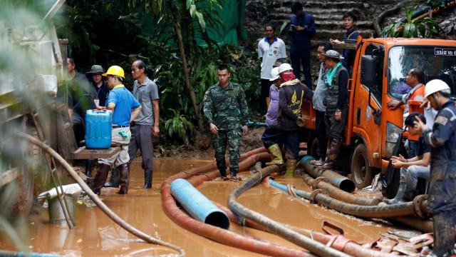 Jovens presos há 10 dias em caverna na Tailândia são achados vivos