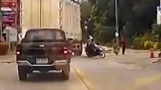 Caminhoneiro bloqueia assaltantes de moto na Tailândia; vídeo