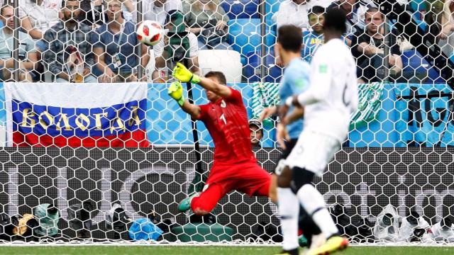 Vilão uruguaio, Muslera acumula falhas semelhantes no gol da seleção