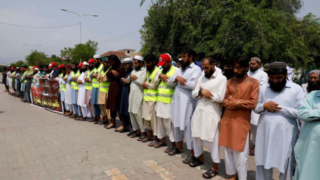 Paquistão cumpre dia de luto após ataque que fez ao menos 128 mortos
