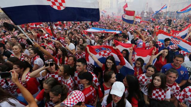 Capital croata celebra vice com música, vuvuzela e sinalizadores