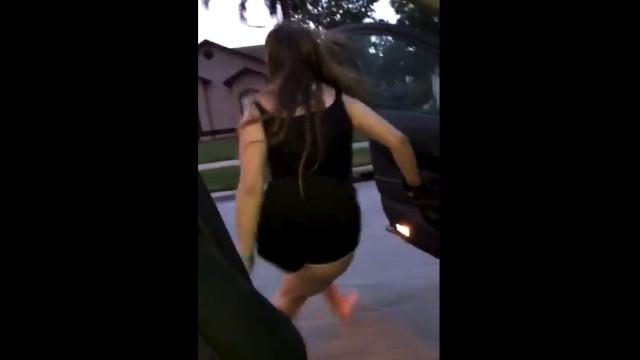 Sair do carro em movimento e dançar. O novo desafio viral da internet
