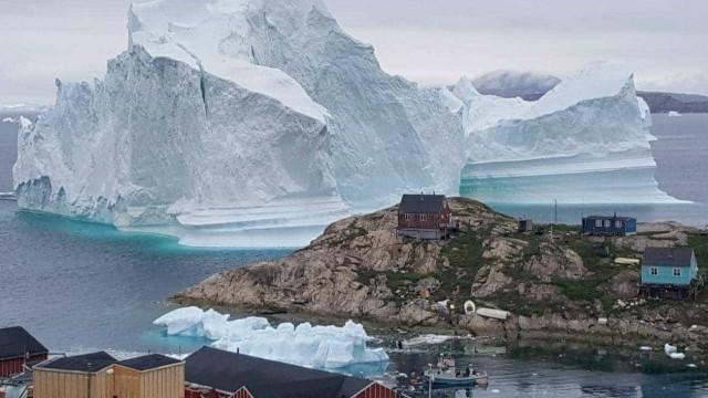 Iceberg gigante obriga evacuação de pequena vila na Groenlândia