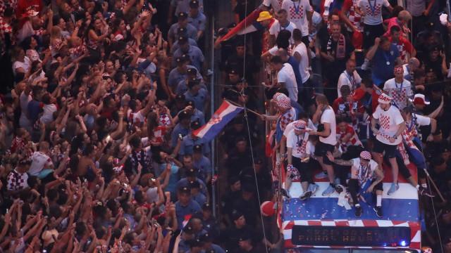 Atletas da Croácia causam nova polêmica ao lado de cantor nacionalista