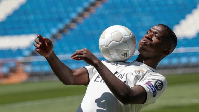 Vini Jr. brilha em treinos, é abraçado por Benzema e vê 'BBV' no Real