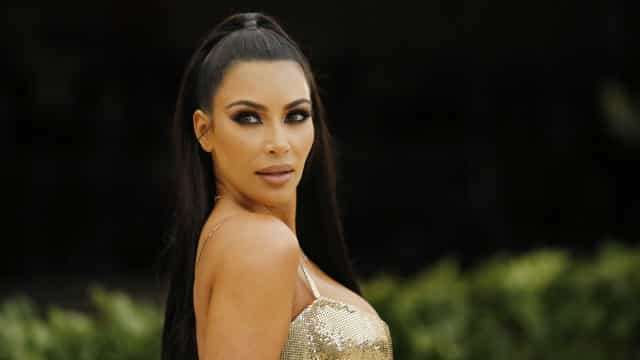 Kim Kardashian usa bolsa de telefone vintage de R$ 20 mil em casamento