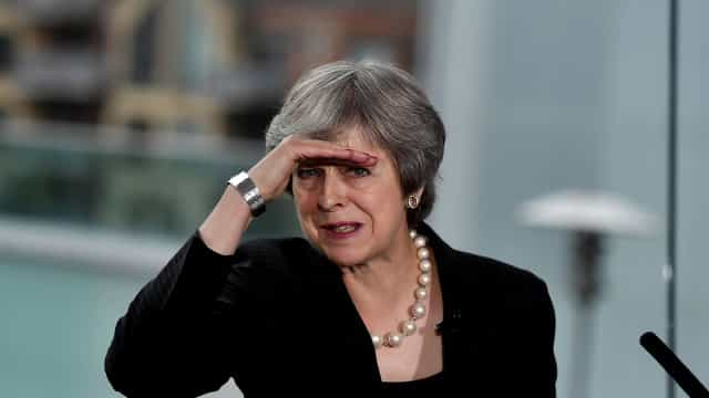 Theresa May coleciona derrotas no brexit, mas se mantém no cargo