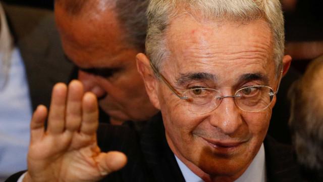 Uribe renuncia ao Senado após investigação por suborno e fraude