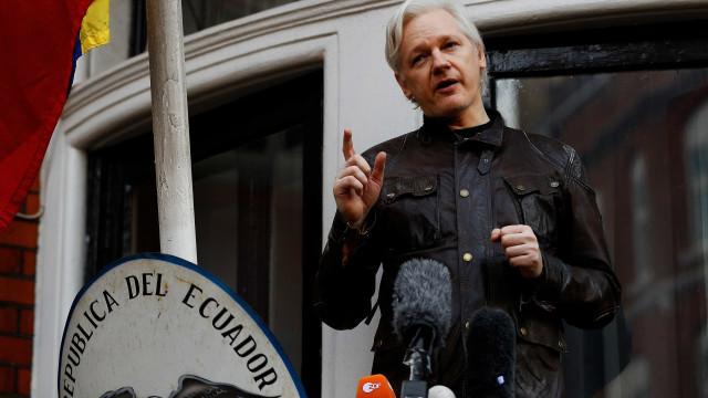 'Assange tem garantias para deixar embaixada', diz Equador