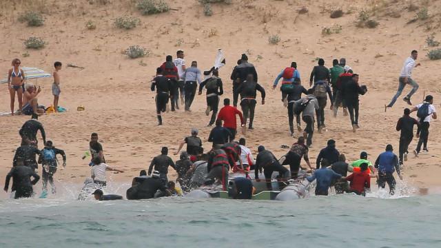 Observados por banhistas, imigrantes desembarcam em praia da Espanha