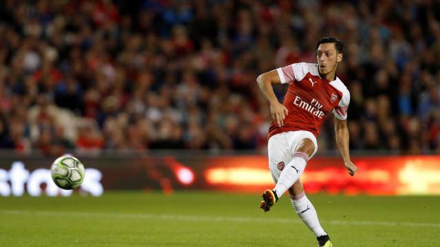 Com show de Özil, Arsenal vira sobre o Leicester e vence sétima seguida