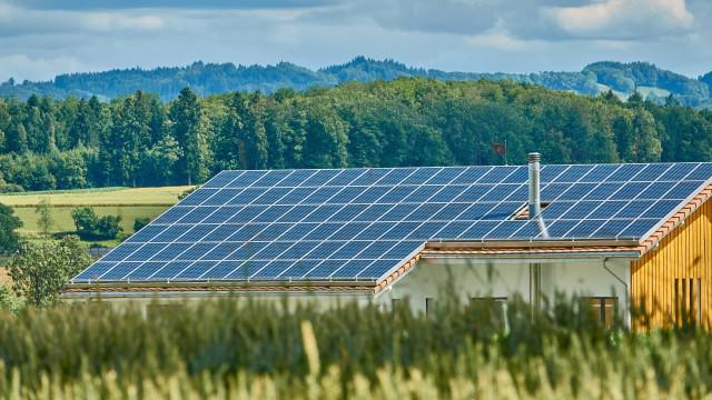Produção de energia solar em casa traz polêmica para o país