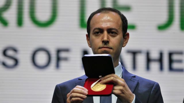 De bom humor, iraniano recebe nova medalha Fields após furto no Rio