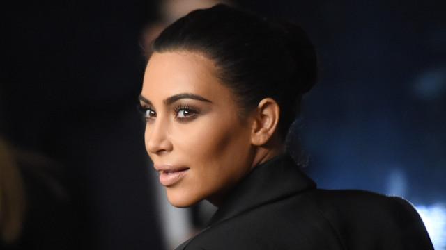 Kim Kardashian aparece com anel de diamante 'roubado' e se explica