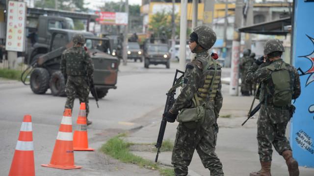 Operação prende grupo que fazia manutenção de fuzis para tráfico