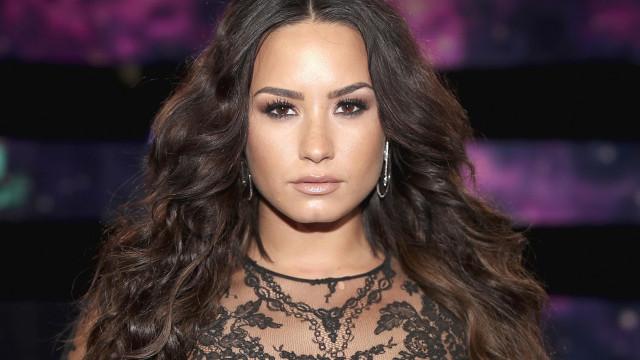 Demi Lovato diz que prefere ficar com mulheres após terminar noivado com ator