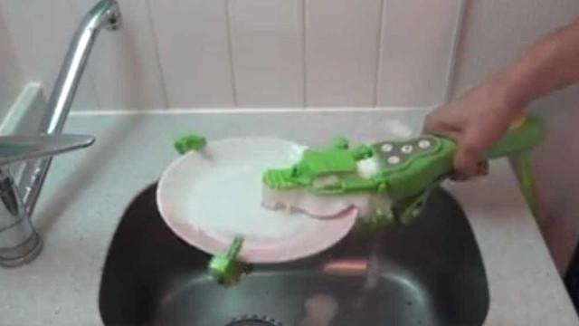 Gadget que ajuda a lavar a louça faz sucesso na web