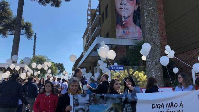 Advogados e familiares fazem ato por Tatiane Spitzner em Curitiba