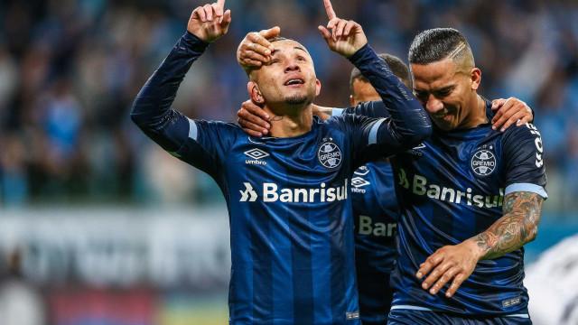 Com time reserva, Grêmio goleia Vitória por 4 a 0 e dorme em 3º
