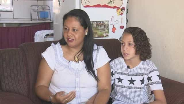 Escola proíbe aluno de ter cabelos grandes e família processa