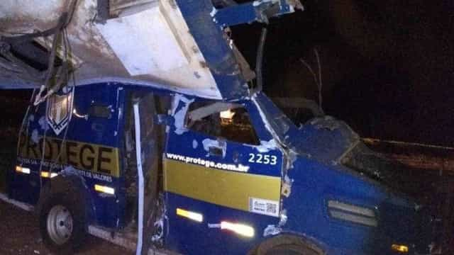 Quadrilha explode carro-forte e 2 vigilantes são feridos em SP